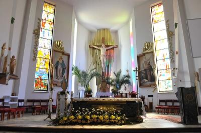 Prezbiterium z ołtarzem głównym